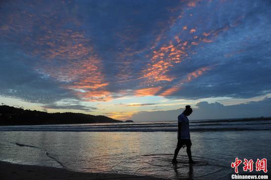 正规幸运赛车彩票女游客在泰国普吉岛海边拍照被海浪卷走身亡