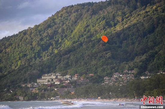 """普吉岛被誉为泰国的""""珍珠"""",这里拥有迷人的风光和丰富的旅游资源,每年都吸引众多游客来此休闲观光。图为普吉岛一处海滩。洪坚鹏 摄"""