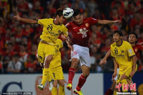 2013亚冠半决赛的第一回合比赛于9月25日晚开赛,广州恒大在位于日本千叶县的柏太阳神队主场以4:1的大比分战胜了主队,三名主力外援包揽了本队的4粒入球。赢球之后,广州恒大在亚冠半决赛中占据了极为有利的形势,除非在主场以大比分失利,否则,广州恒大杀入2013年亚冠决赛已只是时间问题。图片来源:CFP视觉中国