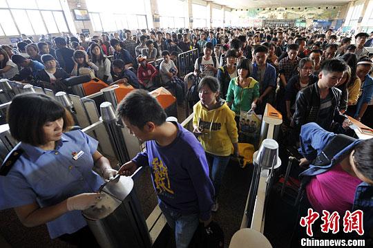 9月29日,山西太原火车站候车大厅内,出行旅客人头攒动。中新社发 韦亮 摄