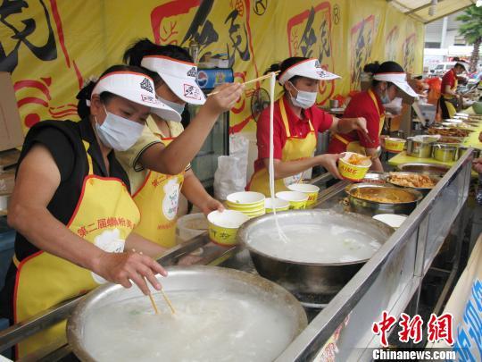 资料图:商家在美食节上煮当地著名小吃螺蛳粉。方齐 摄