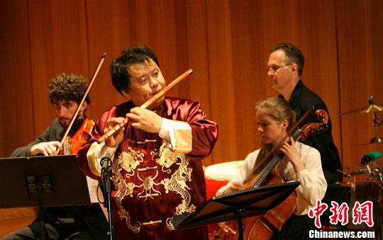 """资料图片:2013年10月,由悉尼大学音乐学院主办的""""柴长宁博士笛子演奏专场音乐会""""在悉尼举行。中新社发 沙长华 摄"""