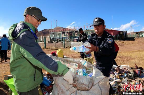 资料图 志愿者和可可西里管理局干警在可可西里沱沱河保护站清理捡拾回来的垃圾。发 赵凛松 摄