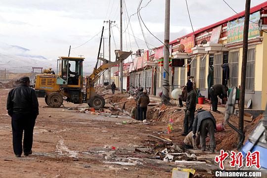 青海省格尔木市唐古拉山镇设立以来的首次大规模城镇改造目前正在紧张进行。中新社发 赵凛松 摄