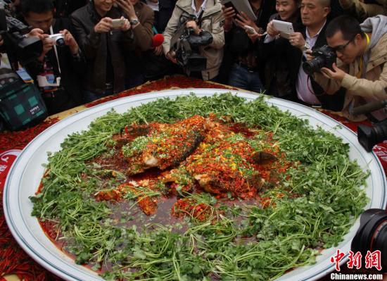 原料图:湘菜超级剁椒鱼头。唐幼晴 摄