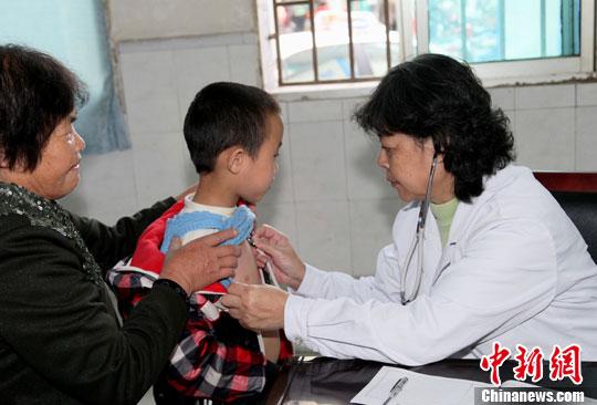 图为印江县人民医院内,医生在为患者看病。/p中新社发 陈小愿 摄