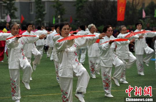 资料图:老人表演健身舞,传递夕阳老人的健康活力。中新社发 韩苏原 摄