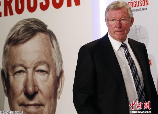 """10月22日,英国足球史上最成功的主教练""""老爵爷""""弗格森的自传《我的自传》出版发行,讲述其一手缔造曼联队""""红魔传奇""""的执教生涯。图为弗格森出席新闻发布会。"""
