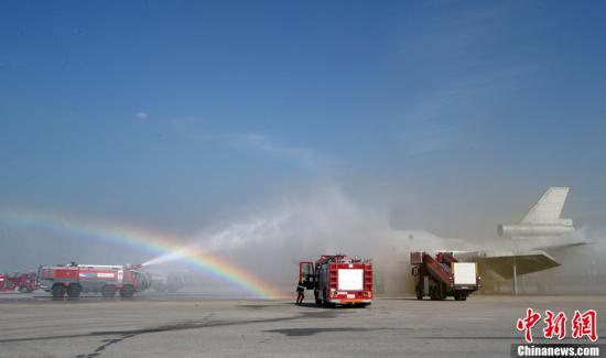 资料图:韩国仁川国际机场举行飞机事故处理消防演习。图为消防员正在扑灭模拟坠机后飞机引擎发生的火灾。图片来源:CFP视觉中国