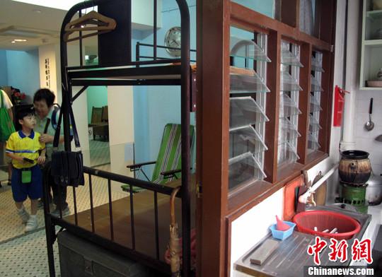 """被评为香港二级历史建筑的美荷楼变身青年旅社,即将开门营业,同时开幕的还有楼内的""""美荷楼生活馆"""",馆内还原了上世纪50至80年代香港公屋的典型陈设。发生在60年前的石硖尾大火令5万多人无家可归,由此催生了香港第一代公共屋邨——石硖尾徙置区,落成于1954年的美荷楼是其"""