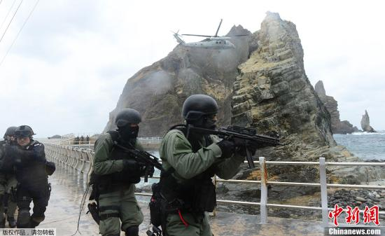 """材料图:2013年10月25日,韩国""""逗煤日""""当天,韩国正在逗煤(日本称竹岛)周边海疆举办结合防备军演。"""