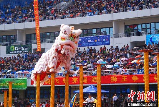 """资料图:广东佛山""""醒狮""""上场竞技。翟李强 摄"""