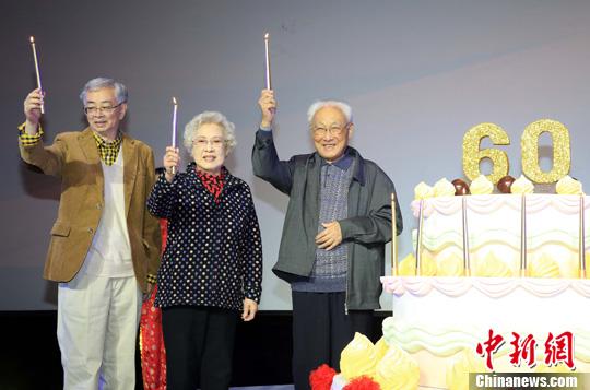 资料图:2013年10月28日,著名导演吴贻弓(左一)出席上影演员剧团迎来60周年华诞庆祝活动。潘索菲 摄