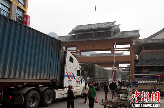 """10月29日,在""""中国南大门""""广西凭祥市浦寨边贸点,满载货物的中越大货车往来如梭。中新社发 杨志雄 摄"""