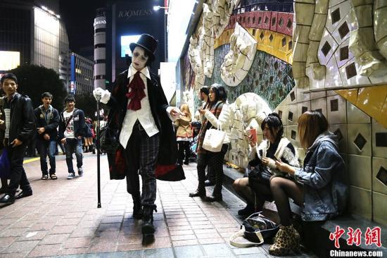 资料图:2013年10月31日为万圣节,日本东京的时尚年轻人聚集地涩谷,各种奇异装束的年轻人在此狂欢。 <a target='_blank' href='http://www.chinanews.com/'>中新社</a>发 高越 摄