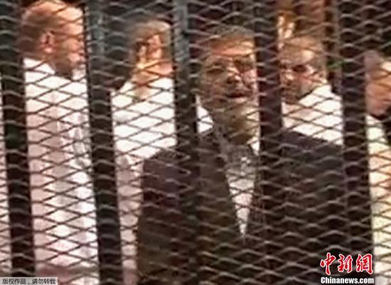 资料图:2013年,埃及前总统穆尔西11月4日首次在开罗警察学院出庭。