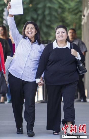 资料图:一对女性同性夫妇收到美国移民绿卡面试通知。中新社发 林戈 摄
