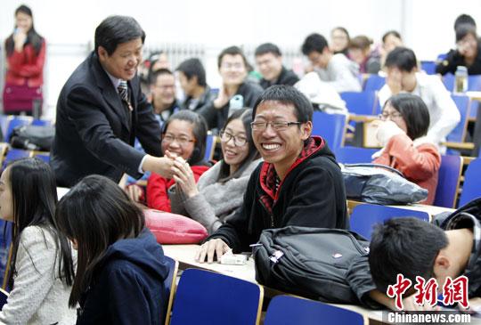 11月7日晚,知名心理咨询师杜胜祥在北京航空航天大学举行《透过爱情歌曲看爱情》讲座,通过学生们朗朗上口的爱情歌曲,引导年轻人如何正确表达情感。图为讲座现场,师生互动笑声不断。中新社发 张宇 摄