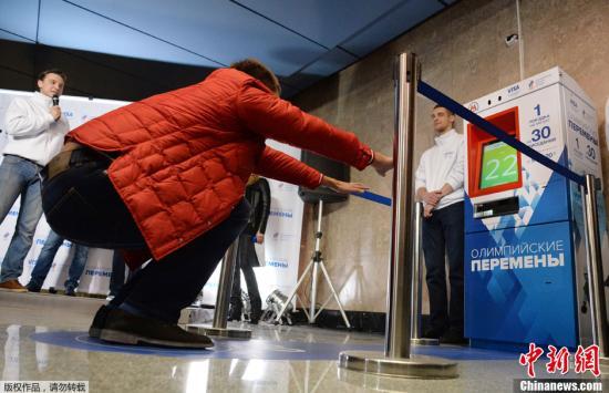 """资料图:俄罗斯莫斯科Vystavochaya地铁站内,曾推出""""最新""""售票机,需要买票的人们必须在机器前的指定位置完成30个""""深蹲""""动作才能买到票,而且它不接受任何货币。据悉,俄罗斯在2014索契冬奥会前推出了这款让人""""双腿发软""""的售票机,鼓励人们健康生活。"""