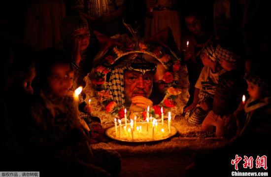 2013年11月11日,加沙地带南部,巴勒斯坦民众参加活动,纪念前领导人阿拉法特逝世九周年。