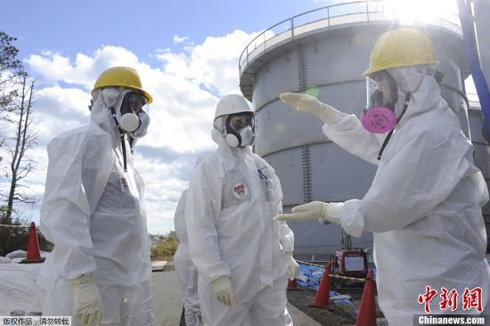 """据共同社报道,日本东京电力公司13日发布消息称,为了解福岛第一核电站1号机组核反应堆安全壳附近的损坏情况和辐射量,对地下设有压力控制室的""""TORUS室""""内部进行了调查,结果确认有两处漏水。图为11月13日,美国核专家Lake Barrett正在检查福岛核电站泄漏问题。"""
