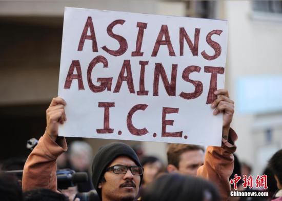 当地时间11月25日,美国总统奥巴马来到位于旧金山中国城的邓月薇华人康乐中心谈论他对于美国移民改革所做的努力。图为会场外手举标语牌的抗议人士。<a target='_blank' href='http://www.chinanews.com/'>中新社</a>发 陈钢 摄