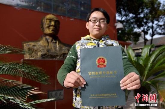 图为一名学生展示证书。中新社发 李一芳 摄
