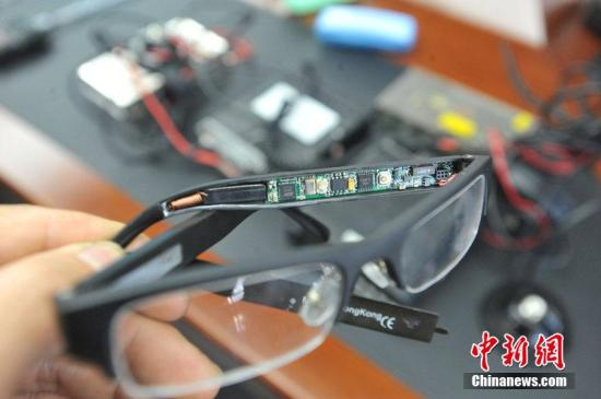 材料图:警圆展现查获的测验做弊器等装备战做弊东西。图片滥觞:CFP视觉中国