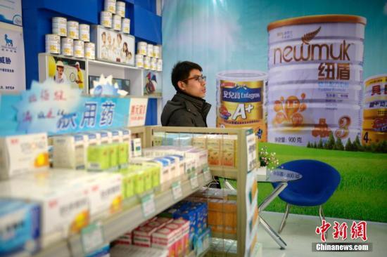 资料图:山西太原一家药店,民众在选购婴幼儿奶粉。中新社发 韦亮 摄