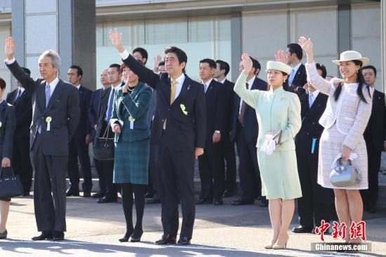 日本天皇夫妇于11月30日起对印度进行正式访问,此行是天皇夫妇在天皇即位后的首次正式访问,同时也是时隔53年的重访。出发前,日本首相安倍晋三夫妇到机场送别。图为安倍夫妇及皇族成员送别。<a target='_blank' href='http://reggaechina.com/'>中新社</a>发 高越 摄