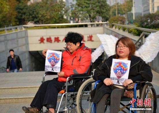 资料图:武汉肢残者呼吁社会给残疾人更多一些的关爱,让残疾人出行更方便。中新社发 张畅 摄
