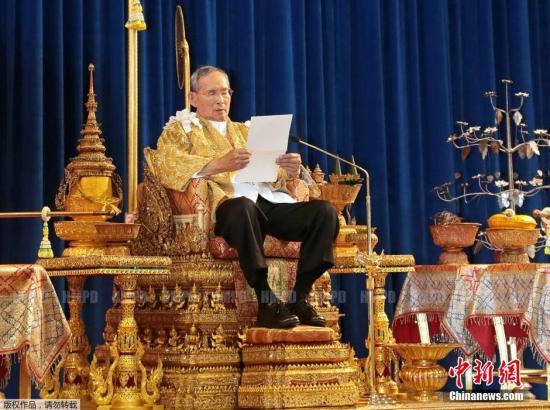 当地时间2013年12月5日,泰国华欣,泰国国王普密蓬发表生日演讲,呼吁人民维护国家安全和稳定,为了国家而支持彼此。