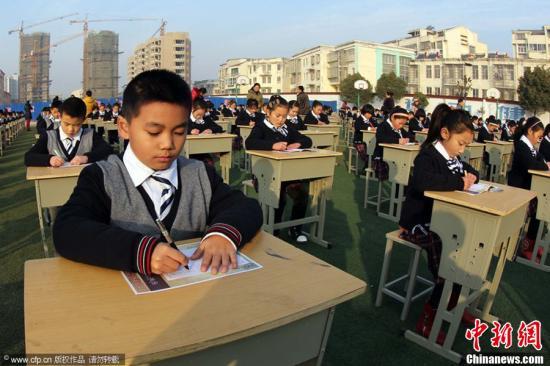 资料图:江苏省赣榆县实验小学,学生们参加千人书写活动。思维 摄 图片来源:CFP视觉中国