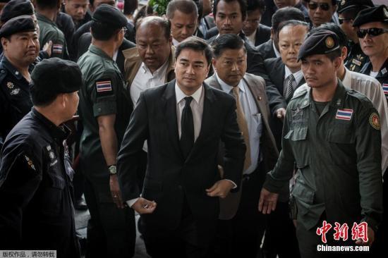 资料图:泰国反对党民主党党首、前总理阿披实(中)。