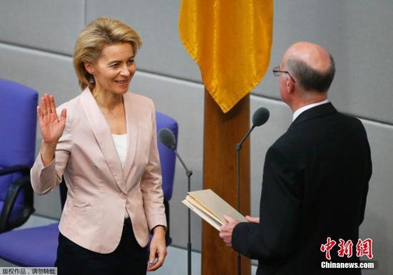 资料图片:乌尔苏拉·冯德莱恩(左)。