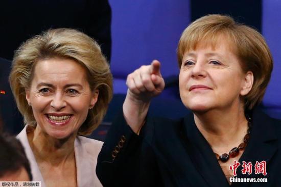 当地时间2013年12月17日,德国柏林,乌尔苏拉冯德莱恩出席德国联邦议院全体会议。现任劳工部长乌尔苏拉冯德莱恩将出任国防部长,她也成为联邦德国历史上首位女国防部长。冯德莱恩出身政治世家,父亲是基民盟的元老级人物。作为德国相当受欢迎的政治人物之一,她一直享有很高的民众支持率――2010年6月,德国总统霍斯特克勒的闪电辞职引发德国政坛震荡,冯德莱恩甚至一度被传为是继任者。