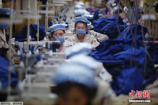 资料图:开城工业园区,朝鲜工人在工厂工作。