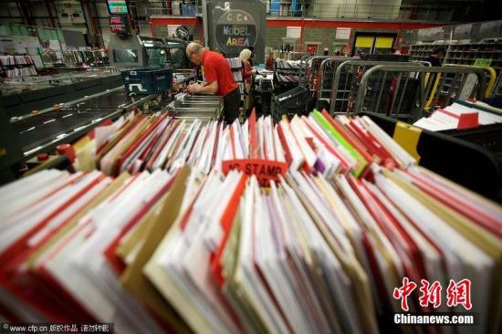 资料图:英国英格兰北安普敦,皇家邮政中心的工作人员正在紧张工作。图片来源:CFP视觉中国