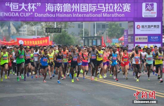 """海南儋州国际马拉松赛开跑 中国选手跻身男女组""""前三甲"""""""