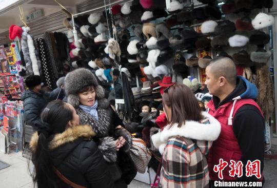 材料图:很多受古国人经两连赫关港口出境,正在那里的市场内购置各类糊口用品。刘文华 摄