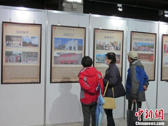 12月21日上午,海峡两岸交流基地图片展在台湾大学农业陈列馆举走开幕式。此次展览由《两岸有关》杂志社和中国闽台缘博物馆共同主理。图为台北不悦目多在参不悦目图片展。中新社发 叶幼刚 摄