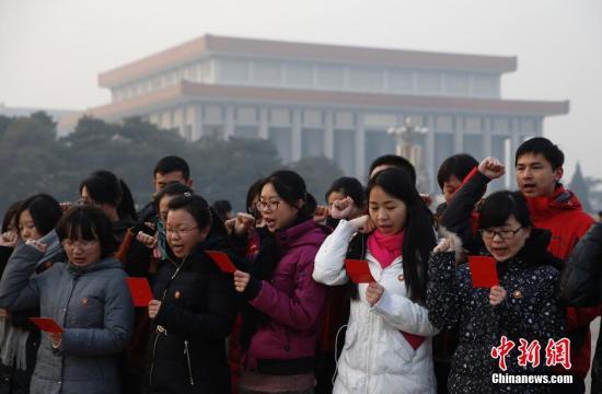 资料图:2013年12月25日,北京大学生在瞻仰完毛主席纪念堂之后重温入党誓词。中新社发 刘关关 摄