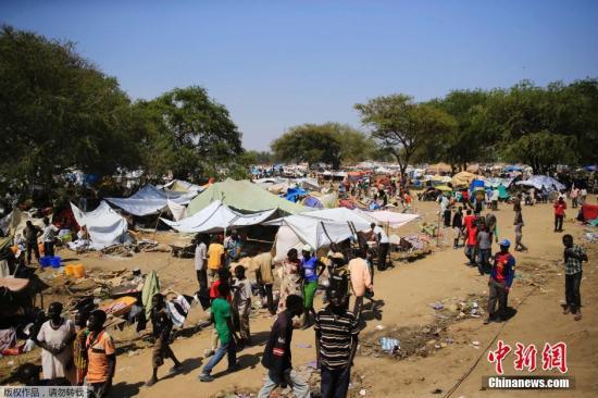 """据外媒12月25日报道,南苏丹政府军与反政府武装的血腥冲突已持续超过一周,造成""""史上最大人道主义危机之一"""",传出种族屠杀暴行,并发现数处""""乱坟堆""""。暴力冲突可能已导致数千人死亡。与此同时,联合国安理会周二24日一致投票通过将联合国在南苏丹的维和士兵的数目增加近一倍,达到1.2万人。"""