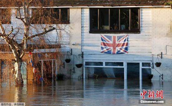 资料图:英国南部洪水泛滥。