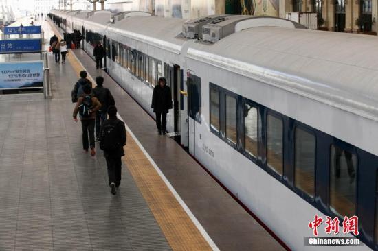 12月27日,由青岛发往西宁西的列车车次改为T372�M3、T374�M1次,并更换为新型车辆,升级为特快列车。该车辆外部为通体白色,软卧车厢装有电视,各车厢设有爱心哺乳室,部分车厢还增设残障人专用席位、专用铺位和专业厕所等。<a target='_blank' href='http://www-chinanews-com.austrobanner.com/'>中新社</a>发 徐崇德 摄