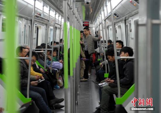 资料图图为武汉市民乘坐地铁四号线。<a target='_blank' href='http://www.chinanews.com/'>中新社</a>发张畅摄