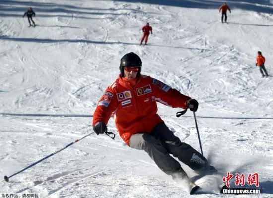 资料图:据外媒报道,德国著名车手舒马赫2013年12月29日在法国滑雪时发生意外,导致头部受伤被送往医院进行治疗。法国医院方面称,舒马赫伤势恶化,出现脑出血并已经陷入了昏迷状态。图为舒马赫滑雪。