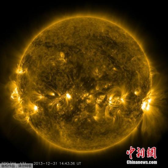 2013年12月31日,太阳动力学天文台SDO于12月31日观测到太阳表面的日冕现象。太阳动力学天文台SDO于12月30日观测到太阳表面一个巨大的日冕洞,这意味着2014年的第一缕北极光将在1月2日至3日发生。
