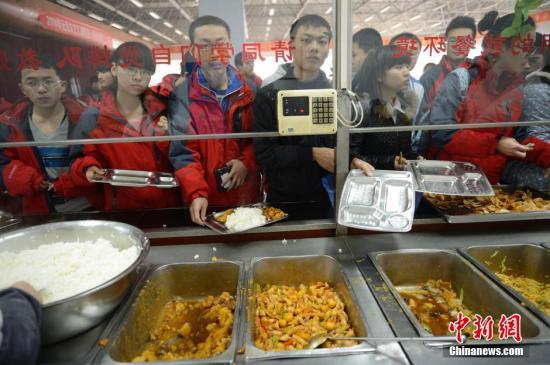 材料图:门生正在食堂挨饭。a target='_blank' href='http://www.chinanews.com/'中新社/a收 刘文华 摄