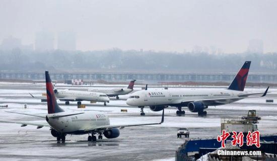 当地时间2014年1月5日,纽约,美国肯尼迪国际机场内一架达美航空飞机在降落时滑出跑道,事故没有造成人员伤亡。据悉,纽约肯尼迪机场被迫关闭。图片来源:CFP视觉中国
